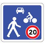 Zone de rencontre Vitesse limitée à 20 km/h. Le piéton est prioritaire sur tous les véhicules, y compris sur les cyclistes. Les double sens cyclables y sont généralisés dans toutes les rues à sens unique.